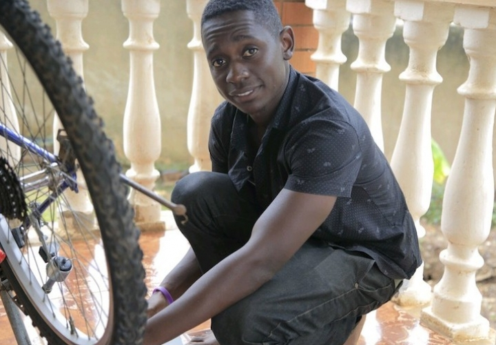 This African Can Help You Charge Your Smartphone Through a Bicycle Tyre